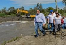 Con maquinaria pesada se realiza la limpieza de ríos en el Sur