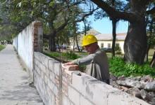 Trabajos de reconstruccion perimetral de la Escuela J. B. Alberdi de la Capital.