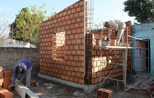 """Alperovich: """"Hemos construido 60.000 soluciones habitacionales para mejorar la vida de las familias más necesitadas"""""""